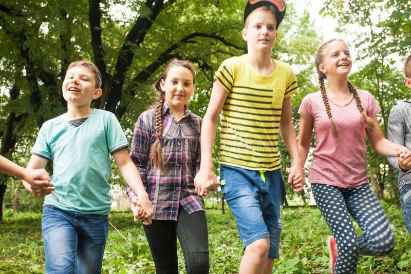 Tempo do divertimento para crianças no acampamento de verão fotos de stock royalty free