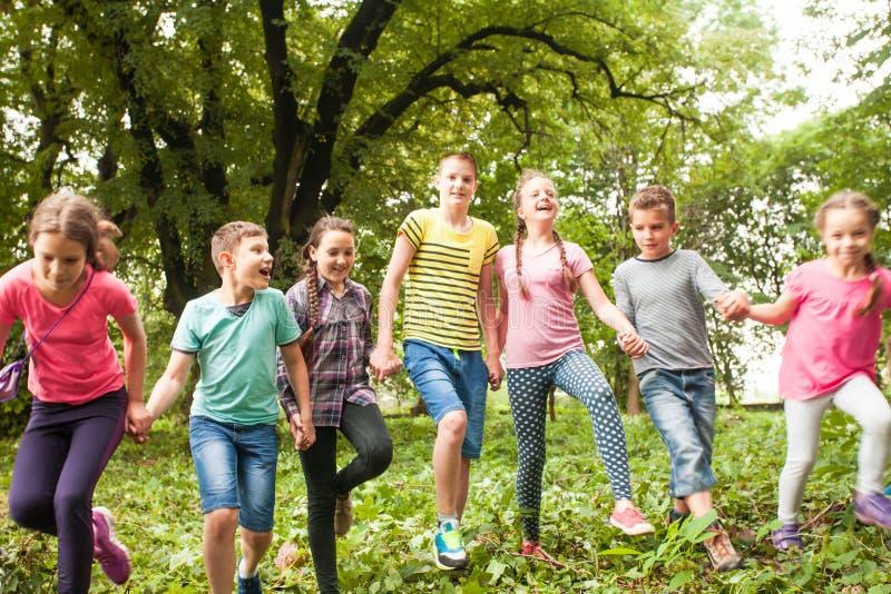 Tempo do divertimento para crianças no acampamento de verão imagem de stock royalty free