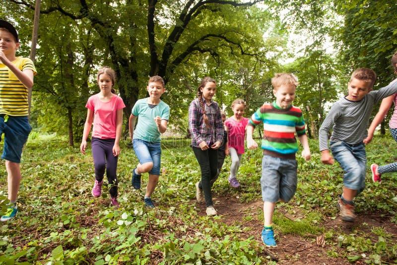 Tempo do divertimento para crianças no acampamento de verão fotografia de stock royalty free
