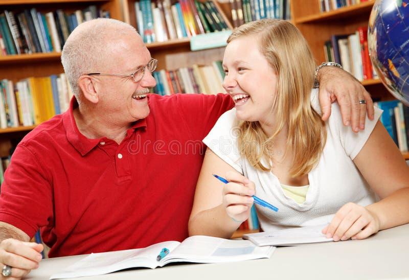 Tempo do estudo - pai e filha fotografia de stock