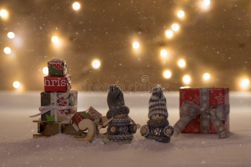 Tempo do Natal com neve e brinquedo fotos de stock royalty free