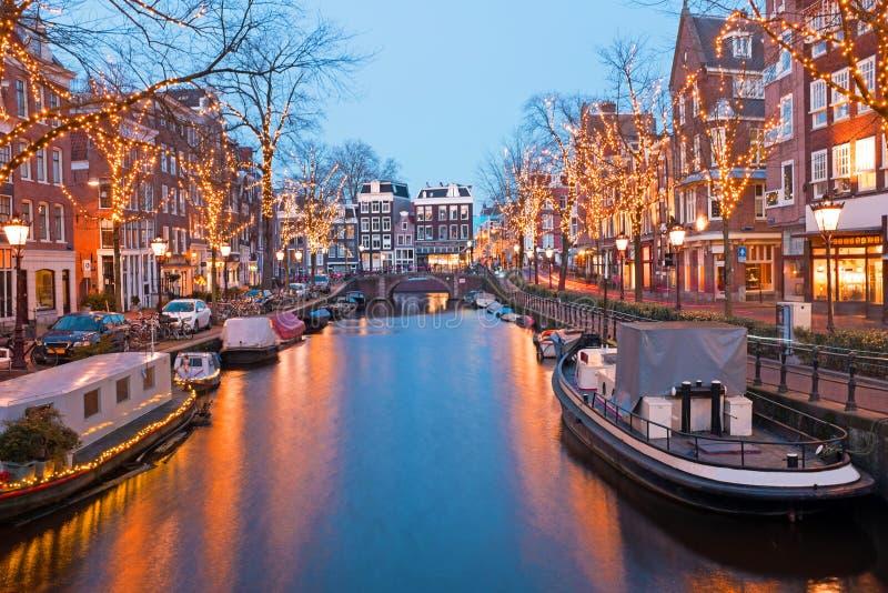 Tempo do Natal em Amsterdão os Países Baixos no crepúsculo imagem de stock