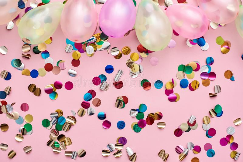 Tempo do partido! Balões e confetes coloridos para o aniversário fotografia de stock