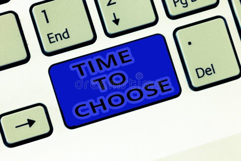 Tempo do texto da escrita escolher Significado do conceito que julga os méritos de opções múltiplas e que seleciona um imagens de stock royalty free