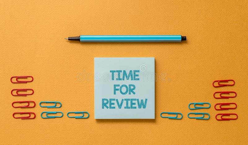 Tempo do texto da escrita para a revis?o Revisão do significado do conceito de um sistema ou de uma situação em seu exame formal  foto de stock