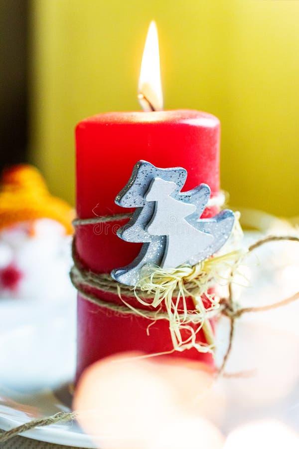 Tempo ed abitudini cechi di natale - decoratio rosso dell'albero e della candela fotografie stock