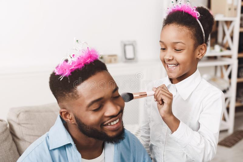 Tempo engraçado! Pai And Daughter Playing em casa foto de stock royalty free
