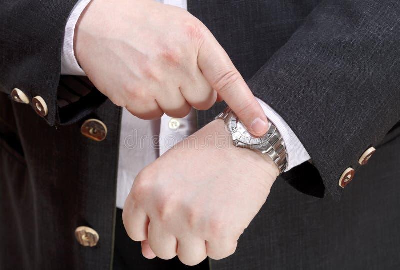 Tempo exato da mostra do homem no fim do relógio de pulso acima fotos de stock royalty free