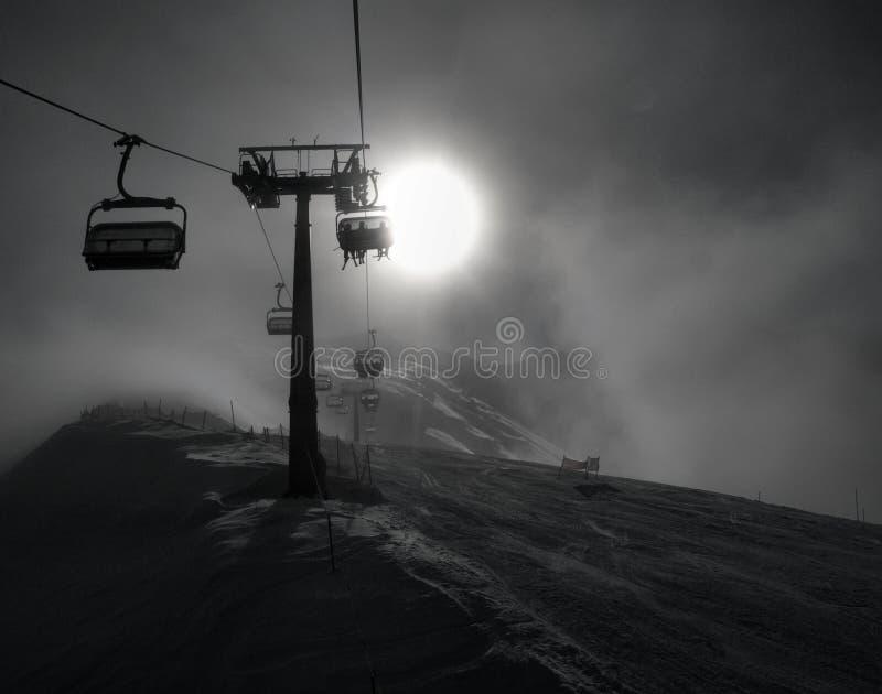 Tempo extremo na inclinação para para baixo o esqui do monte. fotografia de stock