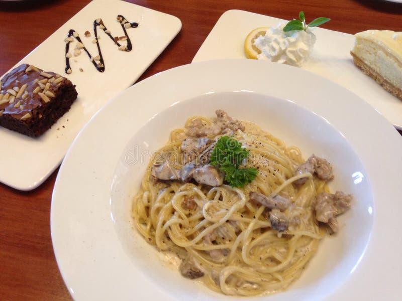 Tempo felice con la salsiccia dell'italiano di Spagetti immagine stock