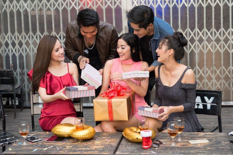 Tempo felice dei giovani con il contenitore di regalo al partito di celebrazione Bir fotografia stock