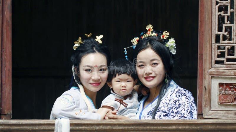 Tempo felice della famiglia, donna cinese in vestito da Hanfu con la neonata fotografia stock libera da diritti