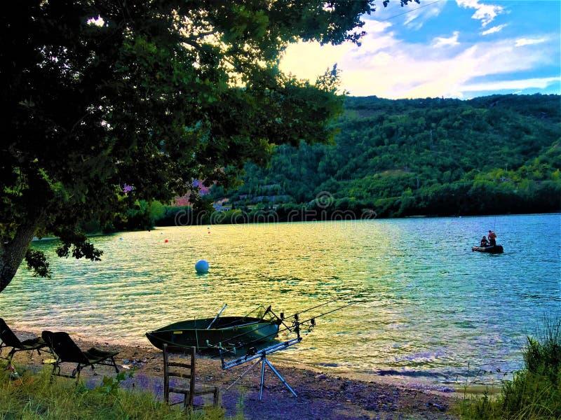 Tempo, lago e natureza da pesca fotos de stock