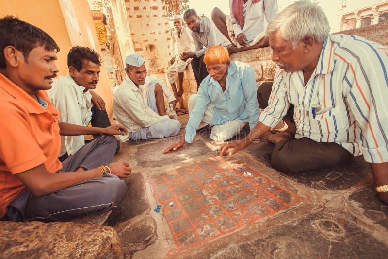 Tempo libero degli uomini degli adulti con il gioco da tavolo indiano Ashta Chamma di intraditional di passione fotografie stock libere da diritti