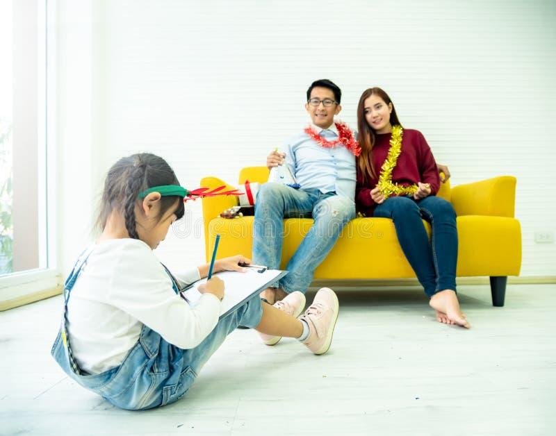 Tempo libero della famiglia di felicità nell'unità del salone Famiglia asiatica che ha buon tempo a casa che si siede sul pavim fotografia stock