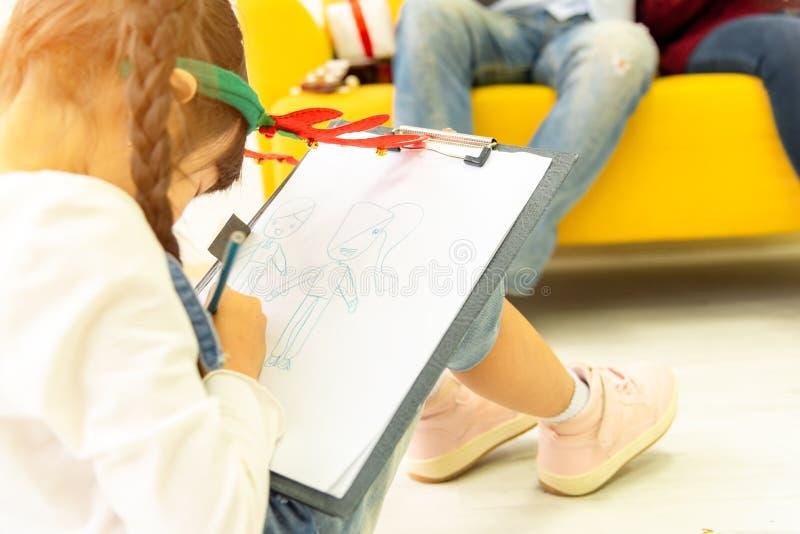 Tempo libero della famiglia di felicità nell'unità del salone Famiglia asiatica che ha buon tempo a casa che si siede sul pavim fotografie stock libere da diritti