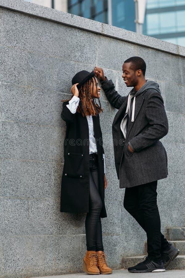 Tempo libero di divertimento Giovani coppie felici nere immagini stock libere da diritti