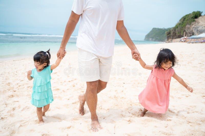 Tempo livre com a filha dois que joga na praia fotos de stock