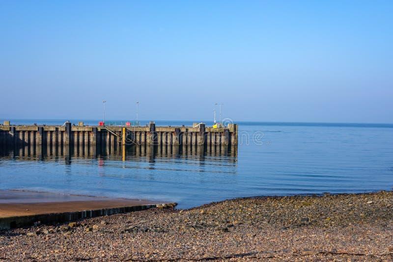 Tempo morno de fevereiro e céu azul em Largs que olha ao Pierhead da rampa de lançamento na costa oeste de Escócia imagens de stock