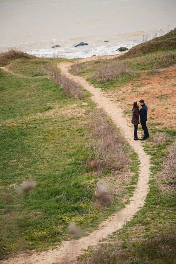 Tempo novo atrativo romântico da despesa dos pares junto fora imagens de stock royalty free
