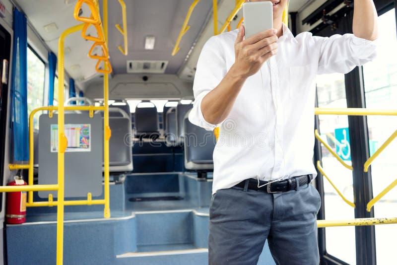 tempo novo do uso do passageiro do homem de negócios no ônibus imagens de stock