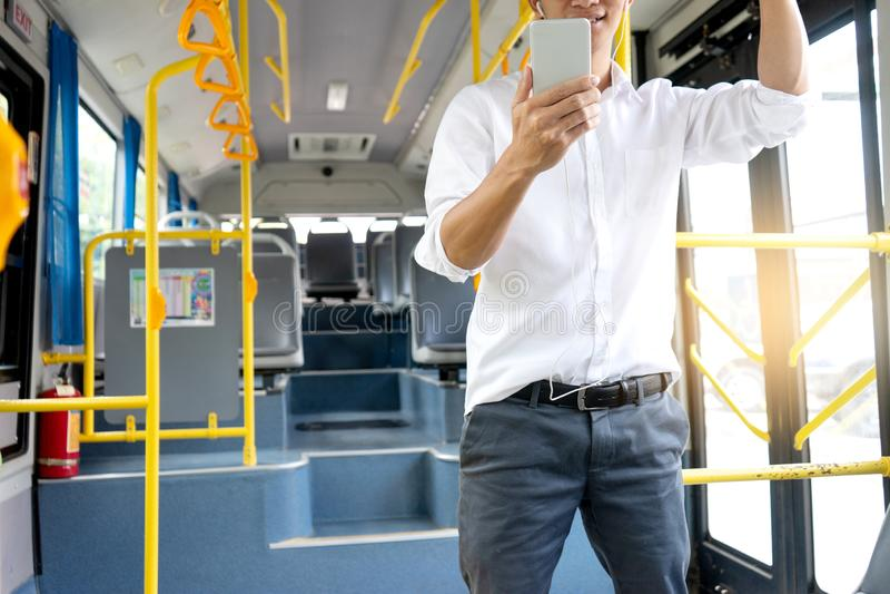tempo novo do uso do passageiro do homem de negócios no ônibus fotografia de stock