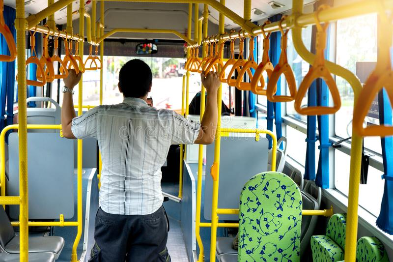 tempo novo do uso do passageiro do homem de negócios no ônibus imagem de stock royalty free