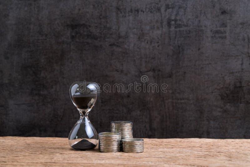 Tempo o concetto finanziario di investimento a lungo termine con la clessidra o immagine stock