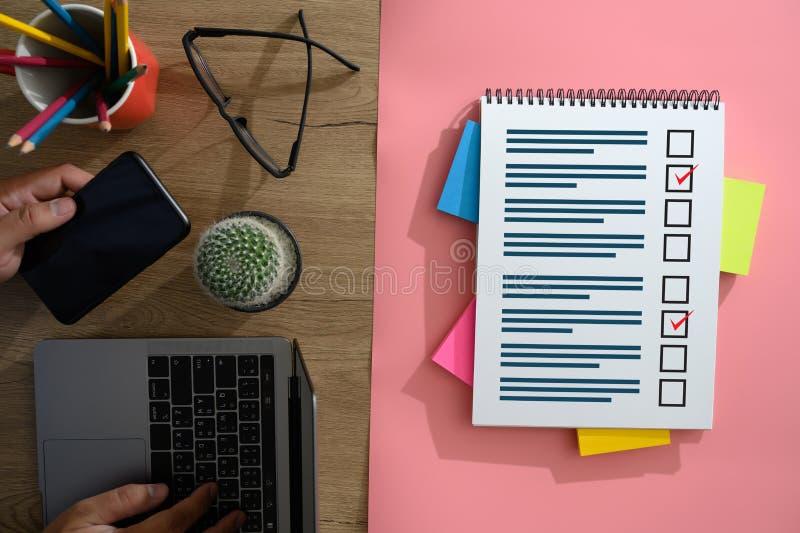 Tempo online di valutazione di rassegne per la verifica di valutazione di ispezione di rassegna fotografie stock libere da diritti