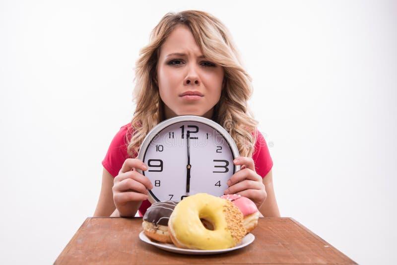 Tempo per il dimagramento di dieta Bella donna con l'orologio fotografia stock libera da diritti