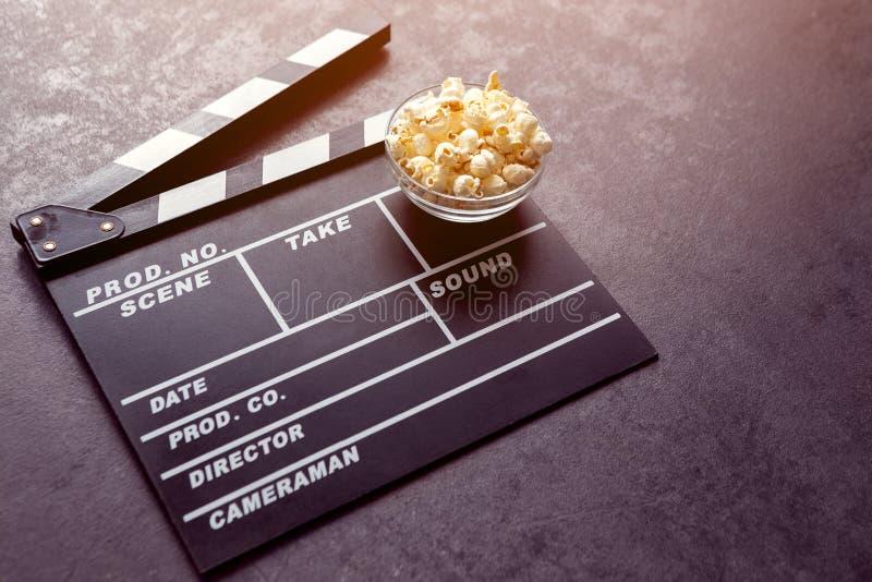 Tempo per il film con popcorn salato immagine stock