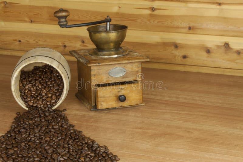 Tempo per un buon caff aromatico caff e giornale su una for Una pianta della casa di legno