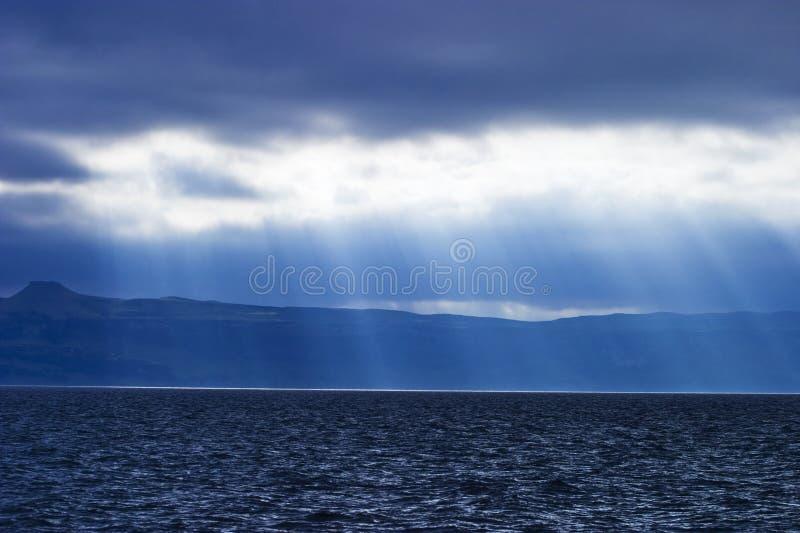 Tempo piovoso alla linea costiera immagini stock libere da diritti
