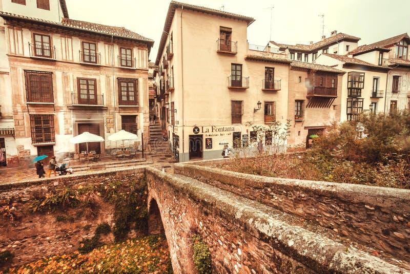 Tempo piovoso sopra area storica della città in Andalusia con il ponte ed i ristoranti locali immagini stock libere da diritti