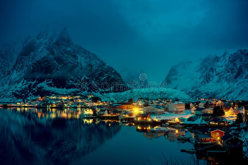 Tempo Reine Village do por do sol, ilhas de Lofoten imagem de stock royalty free
