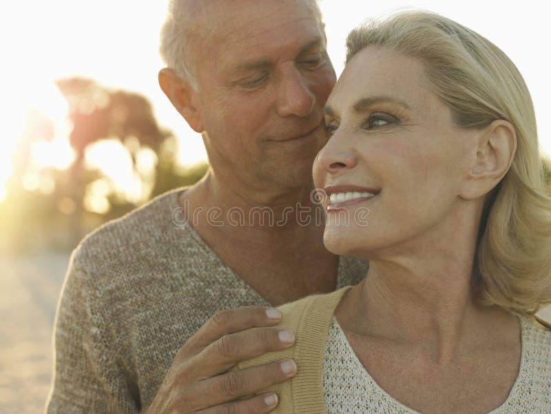 Tempo senior di qualità di spesa delle coppie sulla spiaggia fotografia stock libera da diritti