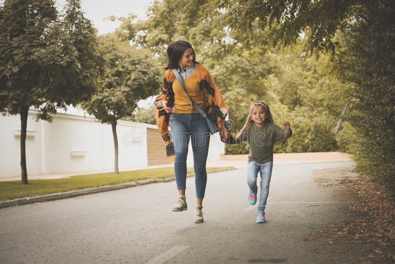 tempo spendente della figlia e della madre insieme Sul movimento fotografia stock libera da diritti
