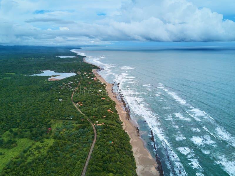 Tempo tempestoso nella costa dell'oceano fotografia stock libera da diritti