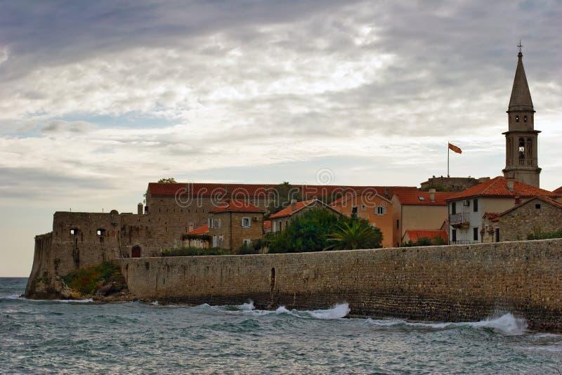 Download Tempo tenebroso di Budva fotografia stock. Immagine di spiaggia - 7312182