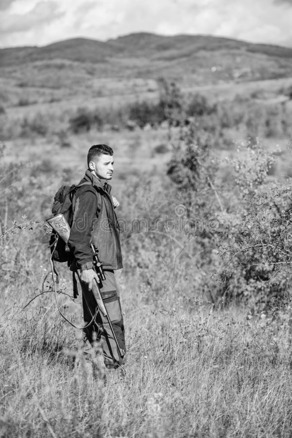 Temporada de caza Ambiente de la naturaleza de la caza del individuo Actividad masculina de la afici?n Arma o rifle del arma de l fotografía de archivo libre de regalías