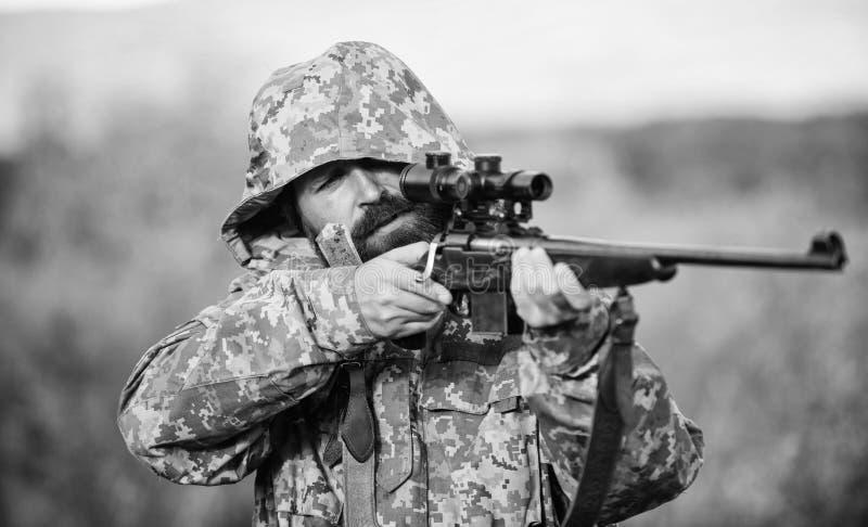 Temporada de caza Ambiente de la naturaleza de la caza del individuo Fondo barbudo de la naturaleza del rifle del cazador La expe imagen de archivo