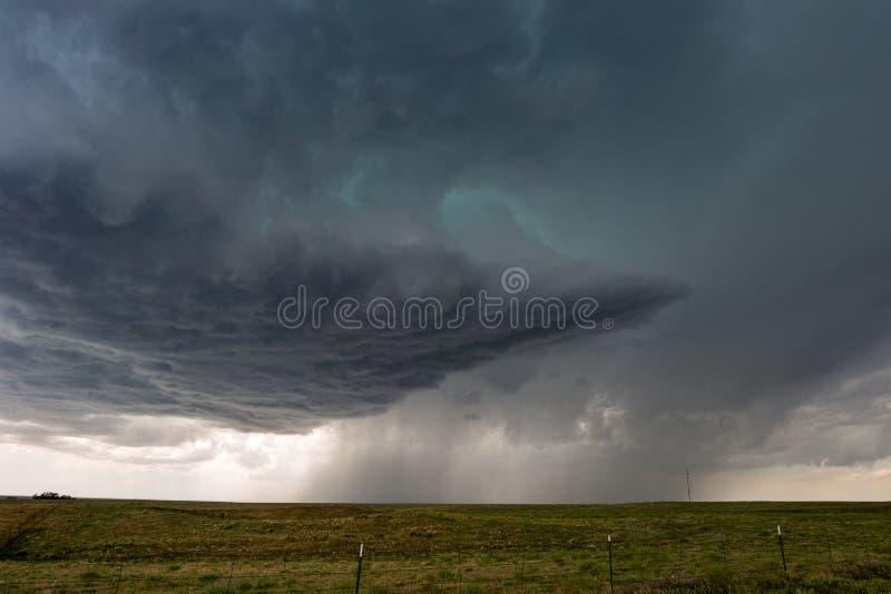 Temporal com nuvens e chuva escuras fotos de stock royalty free