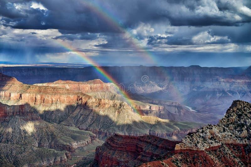 Temporal e arco-íris sobre Grand Canyon foto de stock