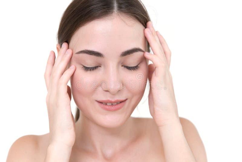 Temporal massage för härligt kvinnasjälvhuvud royaltyfri foto