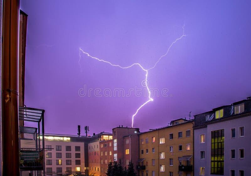 Temporal na noite: Relâmpago no céu, cidade urbana, Áustria fotografia de stock