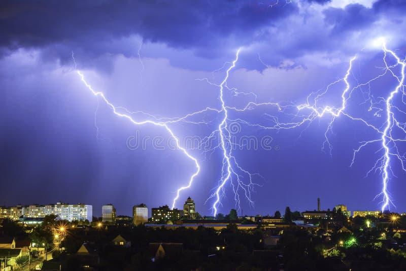 Temporale con fulmine sopra la città di notte fotografia stock