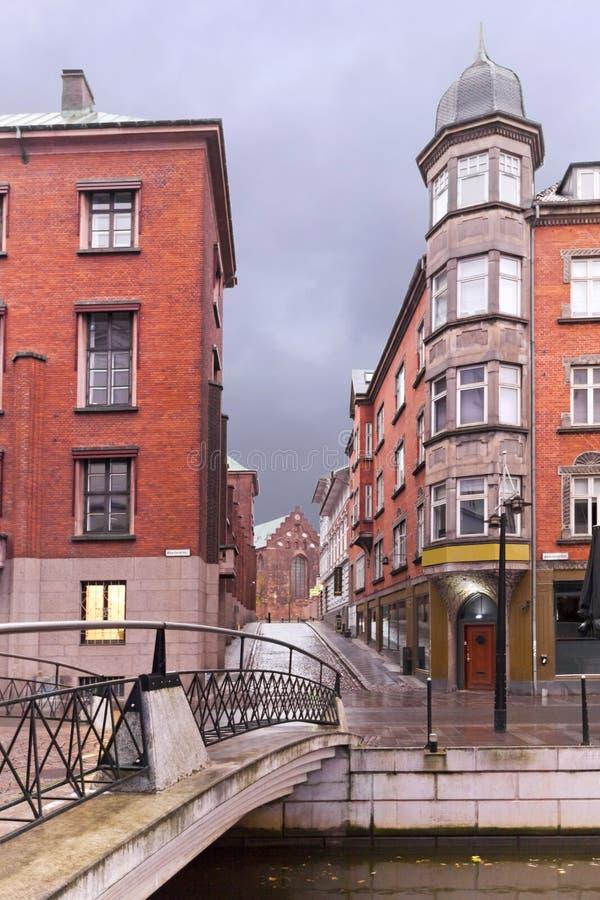 Temporale sul canale in una città europea con vecchia e nuova architettura Rhus di Ã…, immagine stock libera da diritti