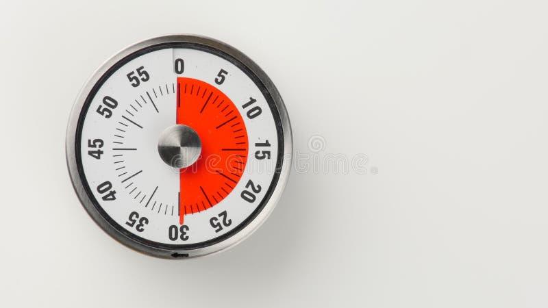 Temporizador análogo da contagem regressiva da cozinha do vintage, permanecer de 30 minutos fotografia de stock