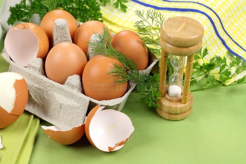 Temporizador do ovo com ovos imagens de stock