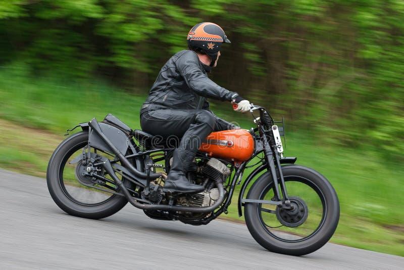 Temporizador velho do motociclista pelo passeio no ascendente imagem de stock royalty free